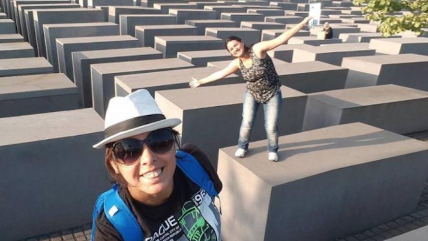 Cette image montre une femme en équilibre au-dessus d'une stèle au mémorial aux victimes de l'Holocauste. (Crédit : Capture d'écran de Yolocaust)
