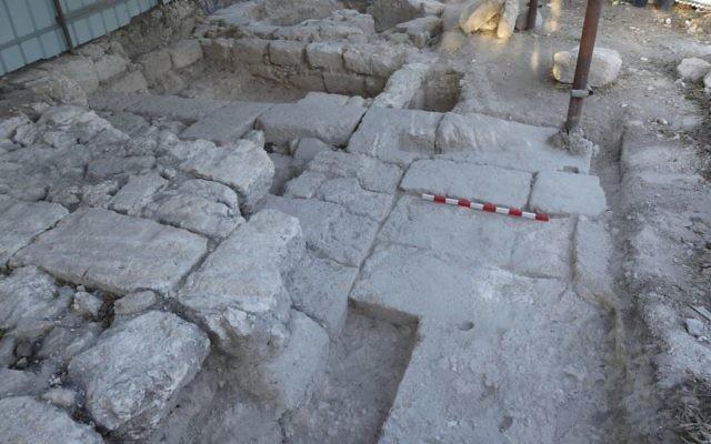 Le portail et la tour de l'époque romaine découverts à Beit Shearim par une équipe de l'université de Haïfa à l'automne 2016. (Crédit : Adi Erlich/université de Haïfa)