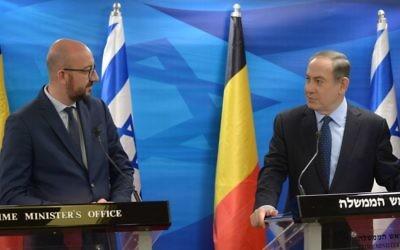 Le Premier ministre Benjamin Netanyahu (à droite) avec le Premier ministre belge Charles Michel lors d'une conférence de presse à Jérusalem, le 7 février 2017. (Crédit : GPO)