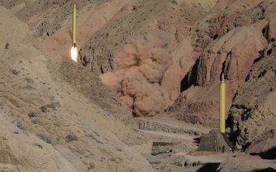 Un missile balistique  longue portée Qadr est lancé depuis la montagne Alborz dans le nord de l'Iran, le 9 mars 2016. (Crédit : Mahmood Hosseini/Tasnim News/AFP)