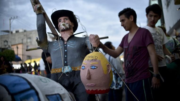 Des Mexicains prêts à mettre le feu à une effigie de Donald Trump, alors candidat à la présidentielle américaine, à Mexico, le 26 mars 2016. (Crédit : Yuri Cortez/AFP)