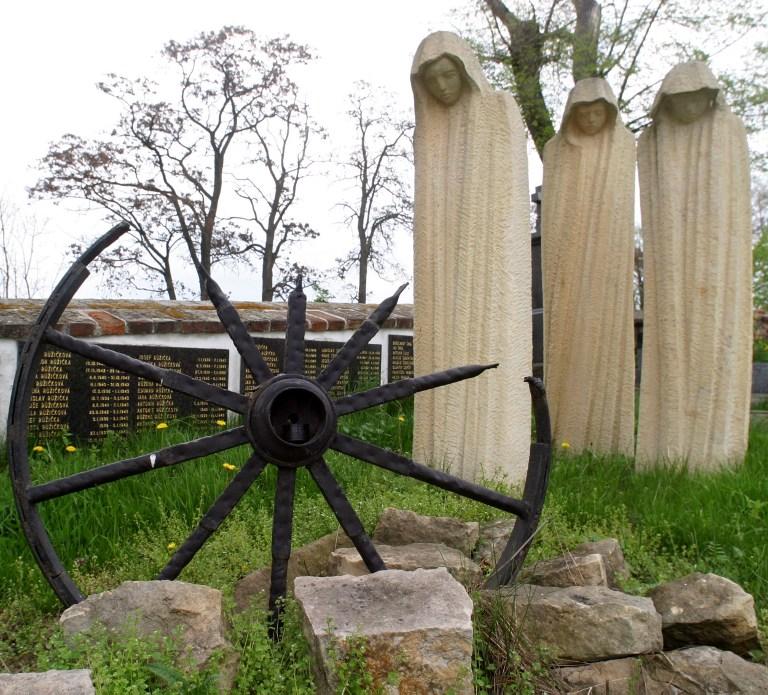 Mémorial aux victimes Roms de l'Holocauste inauguré en 2000 au cimetière Mirovice, près d'une immense porcherie industrielle située sur l'emplacement d'un ancien camp de concentration à Lety, dans le sud de la Bohême, en République tchèque, le 4 mai 2005. (Crédit : Michal Cizek/AFP)
