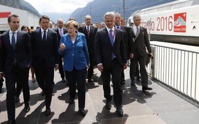 La chancelière allemande Angela Merkel, au centre, avec le chancelier autrichien Christian Kern, à gauche, le Premier ministre italien Matteo Renzi, 2° à gauche, et le conseiller fédéral suisse Didier Burkhalter, 2° à droite, pendant l'inauguration du tunnel ferroviaire de Gotthard, le 1er juin 2016. (Crédit : Peter Klaunzer/AFP)