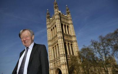 Cette photo prise le 4 mai 2016 montre Lord Alfred Dubs posant pour un portrait devant le Palais de Westminster au centre de Londres (Crédit : AFP/Adrian Dennis)
