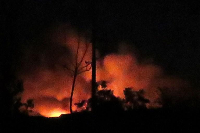 Flammes et fumée à l'aéroport militaire syrien de Mazzé, au sud ouest de Damas, après une explosion, le 13 janvier 2017. (Crédit : AFP)