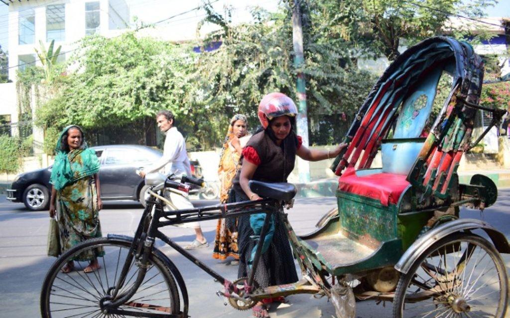 Mosammat Jasmine, la seule femme cyclo-rickshaw au Bangladesh dans la ville de Chittagong le 15 janvier 2017, (Crédit : AFP PHOTO / STR)