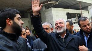 Ismail Haniyeh, dirigeant du Hamas, à son retour à Gaza Ville, le 27 janvier 2017. (Crédit : Mohammed Abed/AFP)