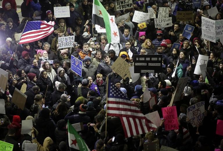 Des manifestants protestent contre l'ordre exécutif sur l'immigration du président Donald Trump à l'aéroport international O'Hare de Chicago le 28 janvier 2017 (Crédit : AFP/ Joshua LOTT)