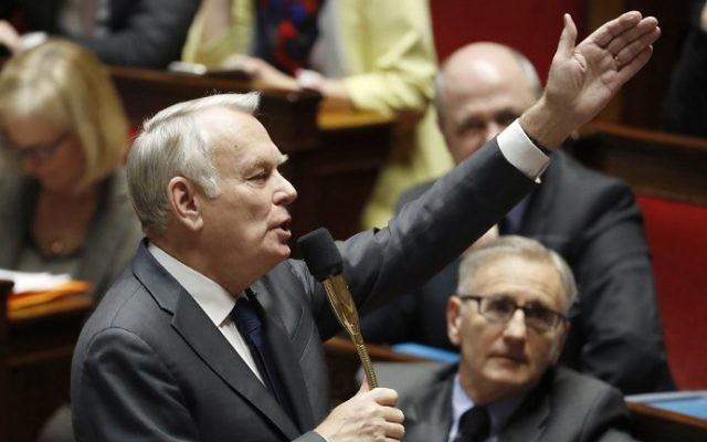 Jean-Marc Ayrault, ministre français des Affaires étrangères, répond aux questions au gouvernement à l'Assemblée nationale, à Paris, le 1er février 2017. (Crédit : Patrick Kovarik/AFP)