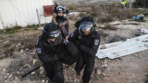 Evacuation de l'avant-poste illégal d'Amona, au nord-est de Ramallah, le 1er février 2017. (Crédit : Thomas Coex/AFP)