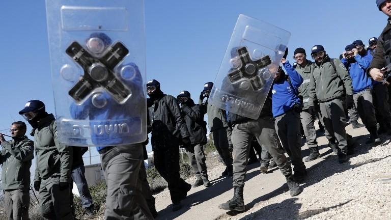 La police israélienne a second jour de l'opération de l'évacuation de l'avant-poste illégal d'Amona, le 2 février 2017 (Crédit : AFP Photo/Thomas Coex)