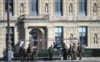 Des soldats français patrouillent suite à une attaque devant le musée du Louvre, à Paris, le 3 février 2017. (Crédit : Eric Feferberg/AFP)
