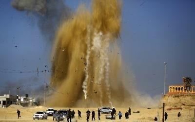 Frappes aériennes israéliennes sur une position du Hamas dans le nord de la bande de Gaza, après un tir de roquette contre Israël, le 6 février 2017. (Crédit : Mohammed Abed/AFP)