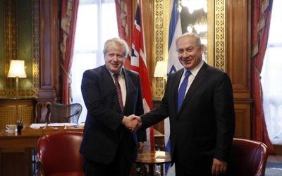 Le Premier ministre Benjamin Netanyahu, à droite, avec Boris Johnson, secrétaire d'Etat britannique aux Affaires étrangères, à Londres, le 6 février 2017. (Crédit : Kirsty Wigglesworth/Pool/AFP)
