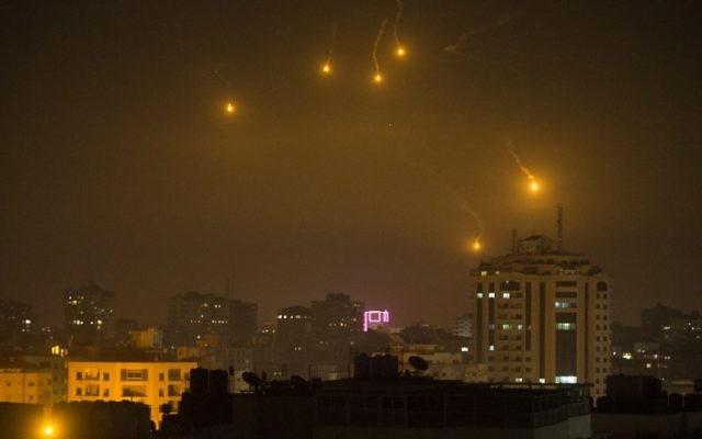 Fusées éclairantes tirées par les forces israéliennes pour surveiller la frontière de la bande de Gaza, vues depuis Gaza Ville, le 6 février 2017. (Crédit : Mahmud Hams/AFP)