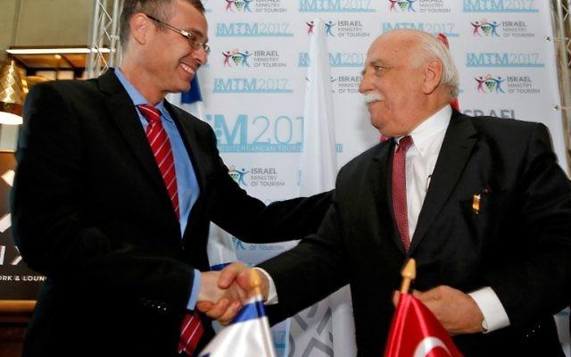 Poignée de main entre le ministre de la Culture turc Nabi Avci et le ministre du Tourisme israélien Yariv Levin, lors d'une conférence à Tel Aviv le 7 février 2017. (Crédit : AFP PHOTO/Gil Cohen Magen)