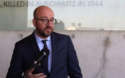 Le Premier ministre belge Charles Michel pendant une visite du musée mémorial de l'Holocauste de Yad Vashem, à Jérusalem, le 7 février 2017. (Crédit : Gali Tibbon/AFP)