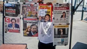 Les quotidiens péruviens affichent en une leur ancien président, Alejandro Toledo (2001-2006), accusé de corruption, à Lima, le 10 février 2017. (Crédit : Eresto Benavides/AFP)