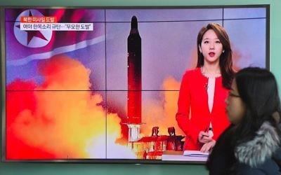 La télévision sud-coréenne diffuse une vidéo d'un tir de missile de la Corée du Nord, le 12 février 2017. (Crédit : Jung Yeon-Je/AFP)