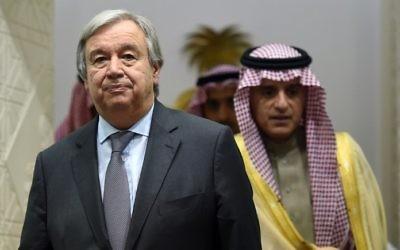 Antonio Guterres, à gauche, secrétaire général des Nations unies, et le ministre saoudien des Affaires étrangères, avant leur conférence de presse commune à Ryad, le 12 février 2017. (Crédit : Fayez Nureldine/AFP)