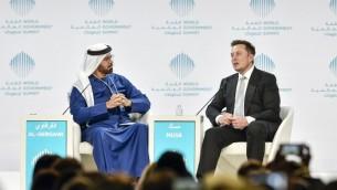 Le PDG de Tesla, Elon Musk (à droite), est assis à côté de Mohammad al-Gergawi, le ministre du Cabinet des Affaires et de l'avenir des Emirats arabes unis, lors d'une table ronde au Sommet mondial du gouvernement 2017 à Dubaï, le 13 février 2017 (Crédit : AFP Photo/Stringer)