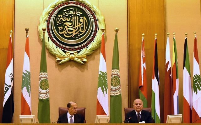 Le secrétaire général de la Ligue arabe Ahmed Abul-Gheit (d) et le président libanais Michel Aoun assisteront à une réunion de la Ligue arabe au Caire le 14 février 2017. (Crédit : AFP / STRINGER)