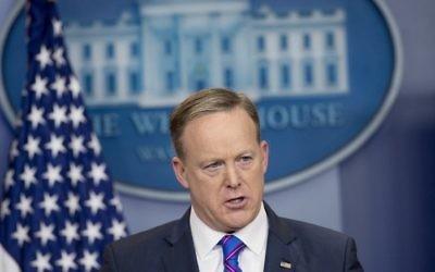 Sean Spicer, attaché de presse de la Maison Blanche, lors du point-presse quotidien dans la Salle Brady, réservée aux rencontres avec les journalistes, à la Maison Blanche, le 14 février 2017. (Crédit : Saul Loeb/AFP)