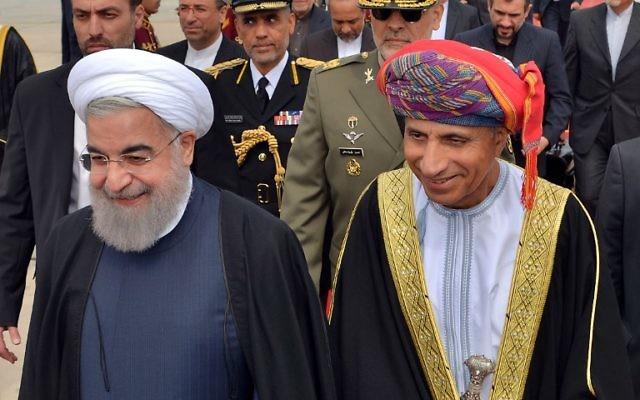 Le vice-premier ministre omanais, Fahd Bin Mahmoud al-Saïd, accueille le président iranien Hassan Rouhani lors de son arrivée à Mascate, Oman, le 15 février 2017 (Crédit : AFP PHOTO / Omani News Aid / Handout)