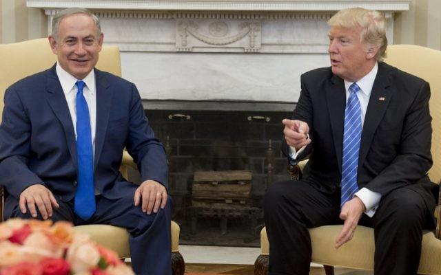 Le Premier ministre Benjamin Netanyahu, à gauche, et le président américain Donald Trump dans le Bureau ovale de la Maison Blanche, le 15 février 2017. (Crédit : Saul Loeb/AFP)