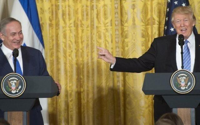 Le Premier ministre Benjamin Netanyahu, à gauche, et le président américain Donald Trump, à la Maison Blanche, le 15 février 2017. (Crédit : Saul Loeb/AFP)