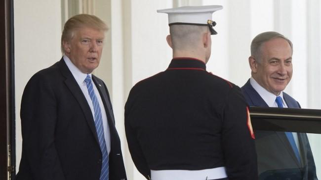 Le Premier ministre israélien Benjamin Netanyahu avec le président américain Donald Trump, à la Maison Blanche le 15 février 2017. (Crédit : AFP/SAul Loeb)