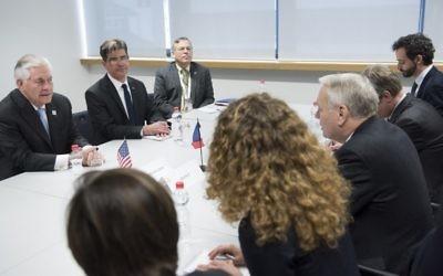 Le secrétaire d'Etat américain Rex Tillerson (à gauche) et le ministre français des Affaires étrangères, Jean-Marc Ayrault (3ème à droite) discutant avant une réunion au Centre des conférences mondiales le 16 février 2017 à Bonn, en Allemagne, (Crédit : AFP PHOTO / Brendan Smialowski)