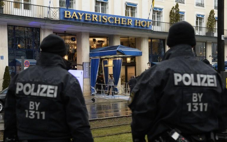 Des policiers devant l'hôtel Bayerischer Hof à Munich, dans le sud de l'Allemagne, où les préparatifs sont en cours pour la Conférence de sécurité de Munich, le 17 février 2017. (Crédit : Thomas Kienzle/AFP)