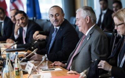 Le secrétaire d'Etat américain Rex Tillerson (2e à droite) et le ministre turc des Affaires étrangères, Mevlut Cavusoglu (au centre), avec d'autres diplomates avant une réunion sur la Syrie au Centre mondial de conférences de Bonn, en Allemagne, le 17 février 2017 (Crédit : AFP PHOTO / Brendan Smialowski)