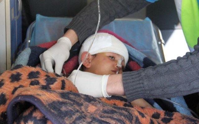 Un enfant syrien, Abdel Basset Al-Satuf dans une ambulance à Al-Hbeit, dans la province d'Idleb le 17 février 2017 (Crédit : Omar Haj Kadour/AFP )