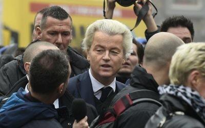 Geert Wilders, député néerlandais d'extrême-droite, au centre, au lancement de sa campagne législative, à Spijkenisse, le 18 février 2017. (Crédit : John Thys/AFP)