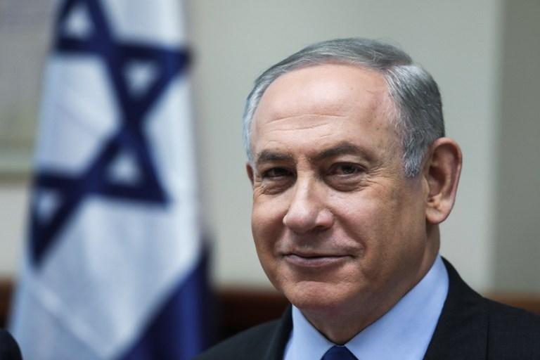 Le Premier ministre Benjamin Netanyahu pendant la réunion du cabinet dans ses bureaux, à Jérusalem, le 19 février 2017. (Crédit : Dan Balilty/Pool/AFP)