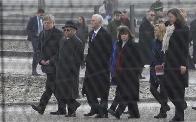 Le vice-président américain Michael Richard Pence (3g) marche près des anciens prisonniers du camp de concentration nazi Dachau, Abba Naor d'Israël (2g), Karen Pence (3d), Charlotte Pence (2d) et chef du camp de concentration de Dachau Memorial Gabriele Hammermann R) au camp de concentration de Dachau à l'ancien camp de concentration nazi de Dachau, dans le sud-ouest de l'Allemagne, le 19 février 2017. (Crédit : AFP / Thomas Kienzle)
