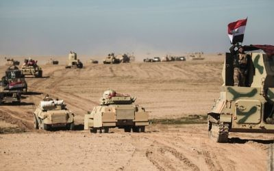 Les forces irakiennes et leurs alliés avancent vers le village de Sheikh Younis, au sud de Mossoul, après une offensive pour reprendre la partie occidentale de la ville à l'Etat islamique, en Irak, le 19 février 2017. (Crédit : Ahmad al-Rubaye/AFP)