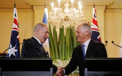 Le Premier ministre Benjamin Netanyahu, à gauche et son homologue australien Malcolm Turnbull pendant leur conférence de presse conjointe à Sidney, le 22 février 2017. (Crédit : Jason Reed/Pool/AFP)