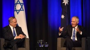 Le Premier ministre Benjamin Netanyahu, à gauche et son homologue australien Malcolm Turnbull à Sidney, le 22 février 2017. (Crédit : Peter Parks/Pool/AFP)