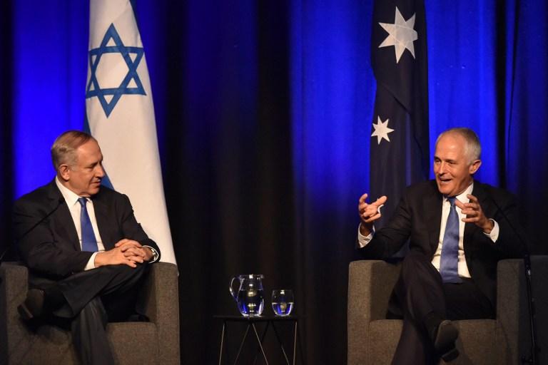 Le Premier ministre Benjamin Netanyahu, à gauche, et son homologue australien Malcolm Turnbull à Sydney, le 22 février 2017. (Crédit : Peter Parks/Pool/AFP)