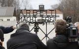 """Le portail en fer original de l'ancien camp de concentration nazi de Dachau, qui porte l'inscription """"Arbeit macht frei"""" (le travail libère), le 22 février 2017. (Crédit : Uwe Lein/AFP)"""