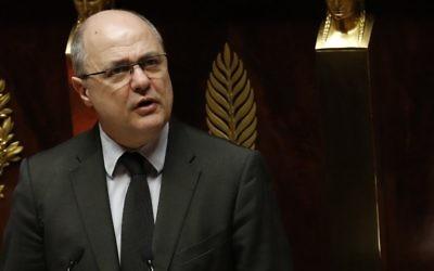 Le ministre de l'Intérieur Bruno Le Roux a exprimé vendredi son « indignation » après l'agression dont ont été victimes deux jeunes juifs à Bondy. Ici à l'Assemblée nationale, en février 2017 (Crédit : AFP / Patrick KOVARIK)