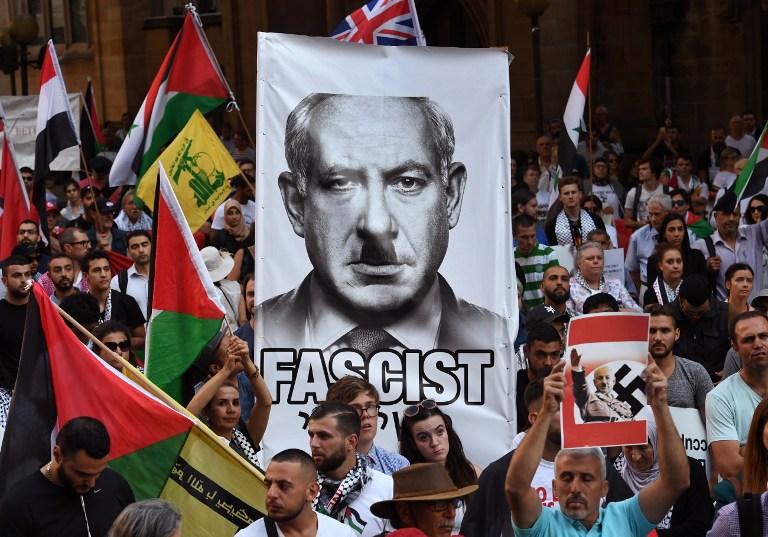 Des manifestants pro-palestiniens manifestent contre la visite en Australie du Premier ministre Benjamin Netanyahu, à Sydney, en Australie, le 23 février 2017 (Crédit : William West/AFP)