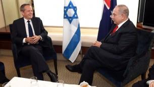 Le Premier ministre Benjamin Netanyahu, à droite, et Bill Shorten, chef de l'opposition australienne, à Sydney, le 24 février 2017. (Crédit : William West/pool/AFP)
