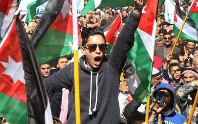 Des Jordaniens manifestent contre la décision du gouvernement d'imposer de nouvelles taxes sur des biens et des services et demandent la démission du gouvernement, à Amman, le 24 février 2017. (Crédit : Khalil Mazraawi/AFP)