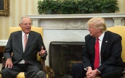 Le président américain Donald Trump avec le président péruvien Pedro Pablo Kuczynski iau Bureau Oval à la Maison Blanche, le 24 février 2017. (AFP PHOTO / NICHOLAS KAMM)