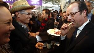 Le président français François Hollande en visite au Salon de l'Agriculture, à Paris, le 25 février 2017. (Crédit : Christian Hartmann/AFP)