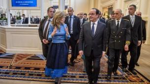 Le président français François Hollande, au centre, et la présidente de Disneyland Paris Catherine Powell avant la cérémonie marquant le 25e anniversaire du parc de Marne-La-Vallée, à l'est de Paris, le 25 février 2017. (Crédit : Christophe Petit Tesson/AFP)